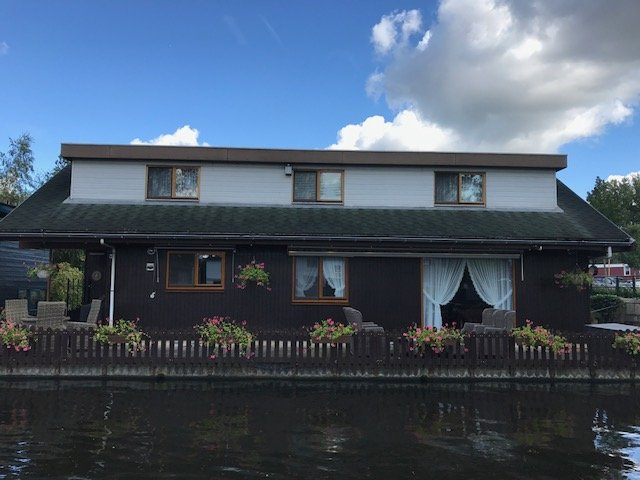 An actual big house as Houseboat